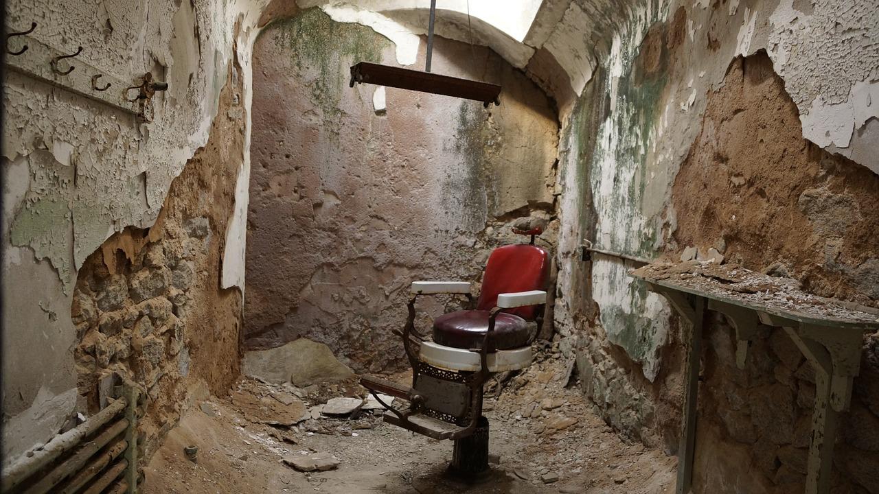 Den gamle barberstol står stadig i den forladte bygning.